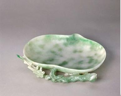 Jade dish in the shape of a peach to wash
